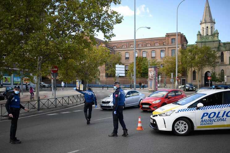 Na Comunidade de Madrid, o governo regional decidiu eliminar o recolher obrigatório e a proibição de
