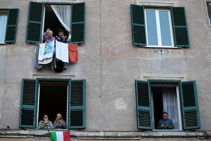 Em Itália, o confinamento é obrigatório