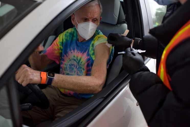 """Cidadão a ser vacinado dentro do carro num centro de vacinação  """"drive-thru"""" no Texas, EUA"""