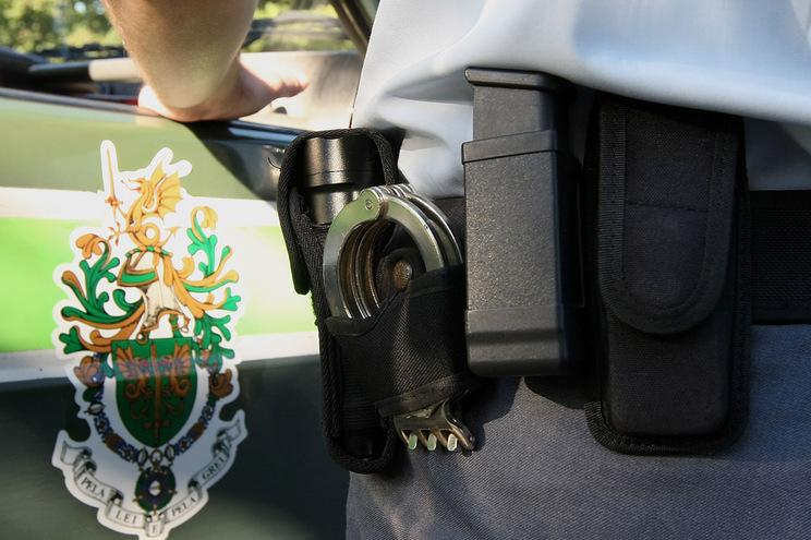 No momento da detenção, a GNR apreendeu uma faca e uma seringa que estavam na posse da mulher