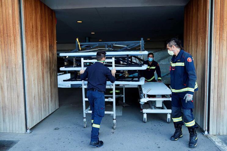Bombeiros transportam colchões para hospital em Barcelona