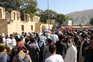 Milhares de pessoas têm convergido para a zona do aeroporto internacional de Cabul para tentar sair do