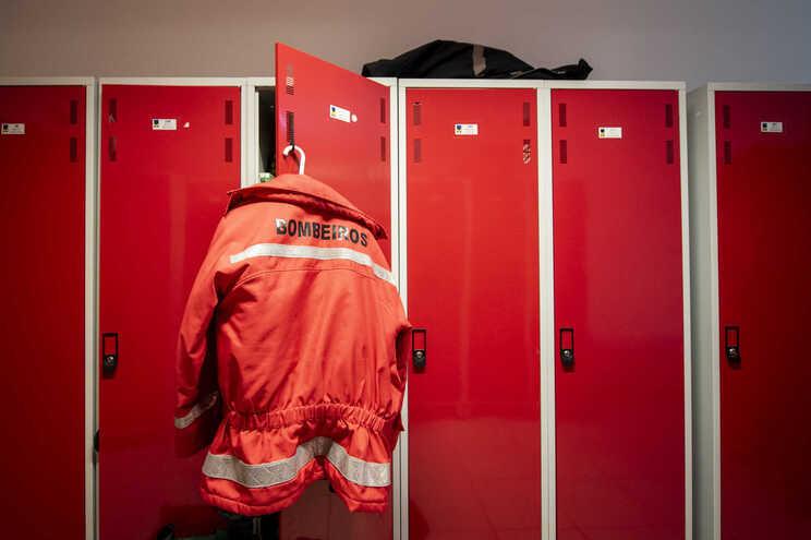 Incêndio destrói empresa de extração de borracha no concelho de Felgueiras