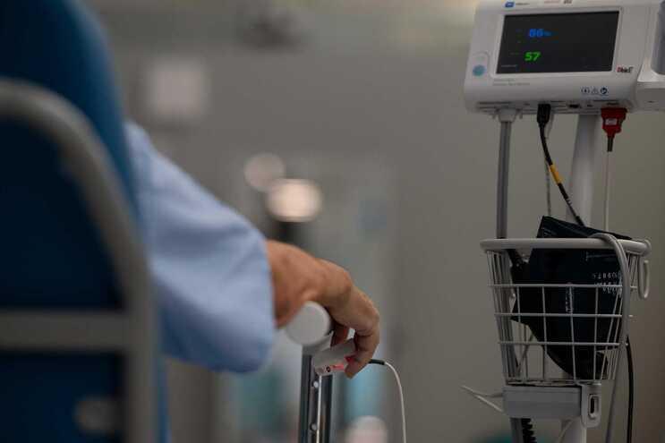Menos doentes internados num dia com cinco mortes e 424 casos de covid-19