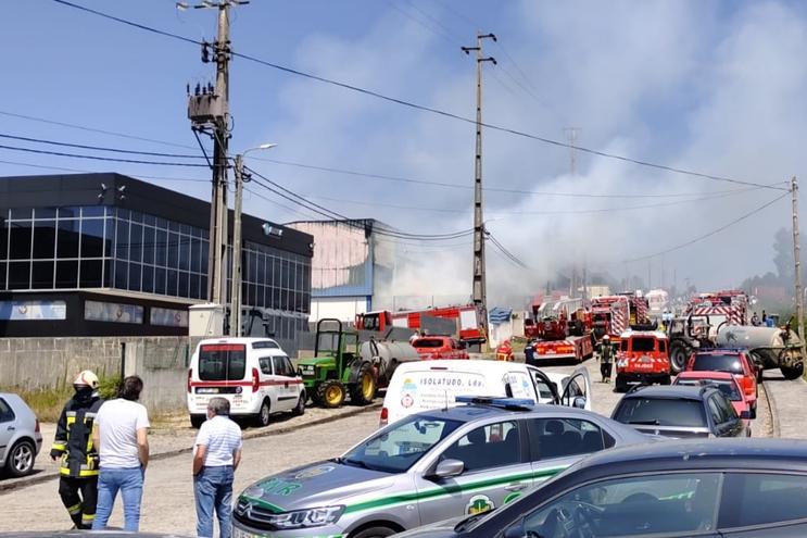 Um ferido em incêndio que destruiu fábrica em Arouca