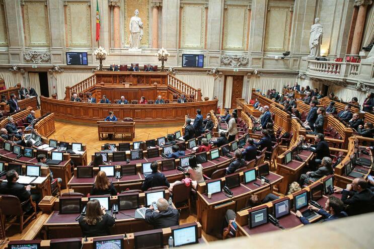 Parlamento suspende cortes de água, luz e gás
