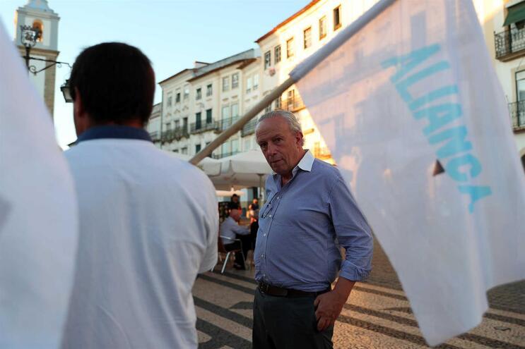 O presidente do Aliança, Pedro Santana Lopes, durante uma ação de campanha para as eleições , na Praça