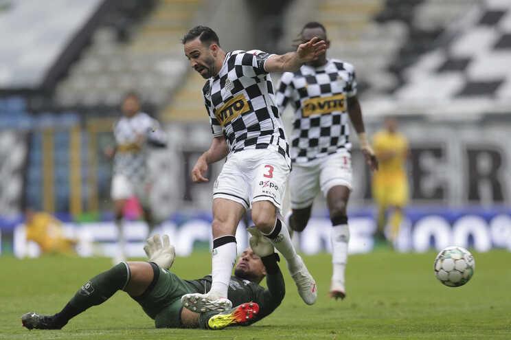 Adil Rami (E) disputa a bola com o guarda-redes do Portimonense Samuel Portrugal (D)