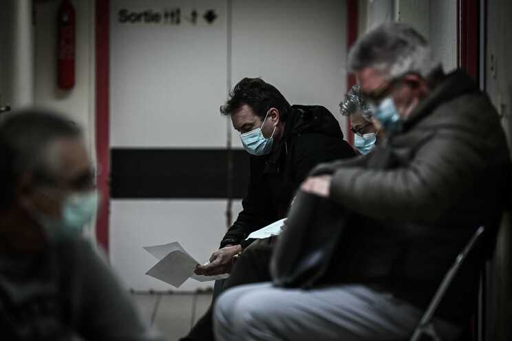 Há atualmente 25.567 pacientes com covid-19 nos hospitais franceses