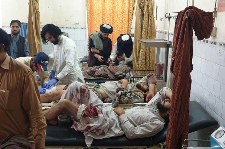 As forças de segurança afegãs e os talibãs estão em confrontos na fronteira com o Paquistão