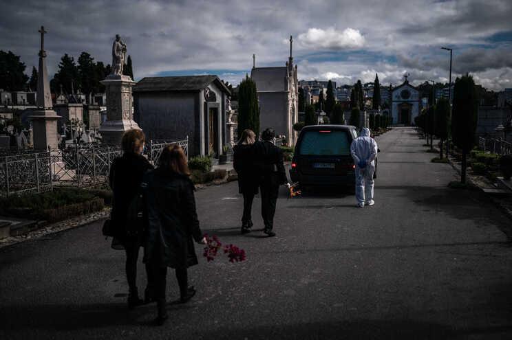 Cerimónias fúnebres realizam-se com um número de familiares ou amigos que depende da vontade do pároco