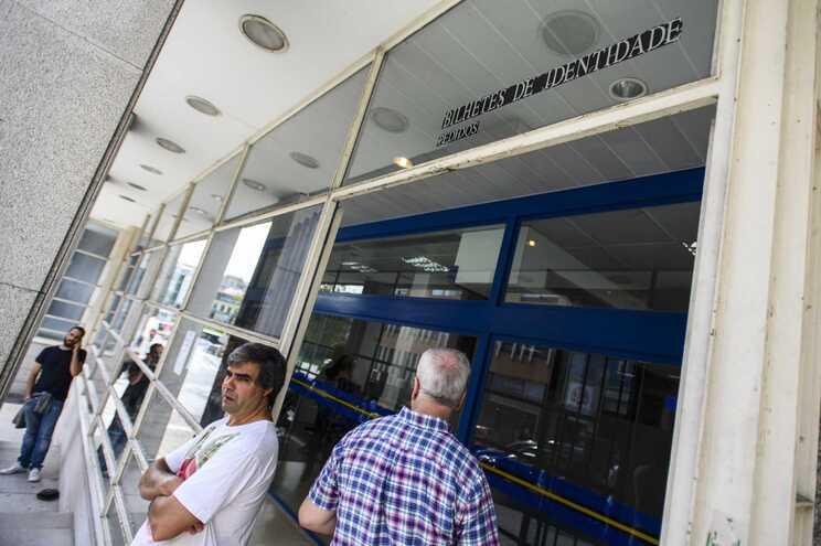 Há balcões de atendimento do Instituto Nacional dos Registos e do Notariado a agendar o levantamento