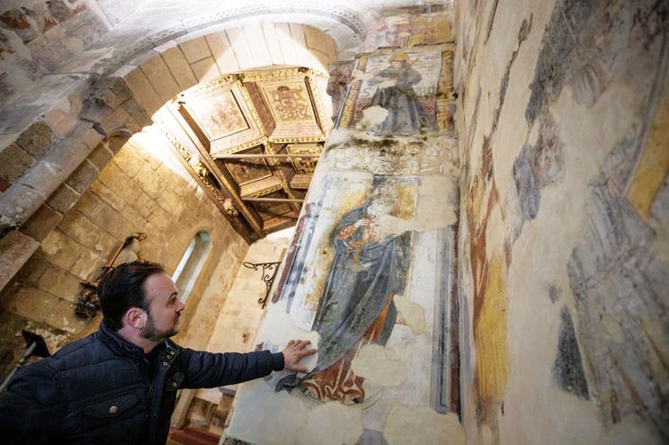 Igreja Românica de Serzedelo, Guimarães,  monumento nacional, com frescos em avançado estado de degradação