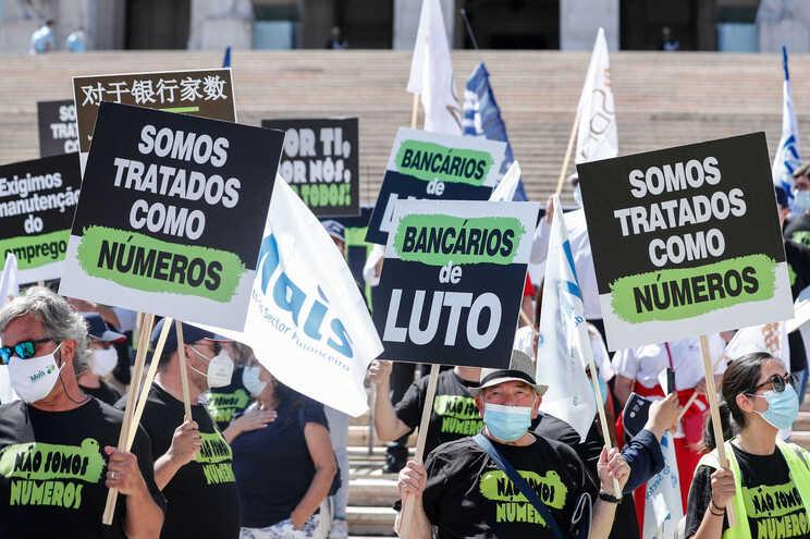 Manifestação nacional de bancários em protesto contra despedimentos,  junto à Assembleia da República