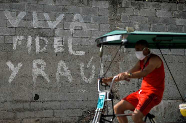 Crafito de apoio a Fidel e Raúl Castro numa rua de Havana, a capital de Cuba
