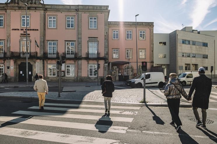 Campo 24 de Agosto é uma das zonas mais movimentadas do Porto. O conflito entre carros  e peões é permanente
