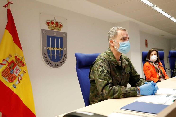 Felipe VI e a ministra da Defesa, Margarita Robles, numa videoconferência sobre a crise da pandemia de
