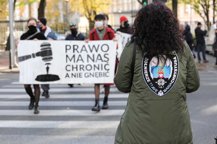Muitas mulheres e organizações dos direitos das mulheres protestaram contra as tentativas legais de endurecer