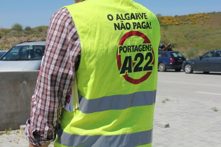 Utentes da Via do Infante vestem coletes amarelos contra as portagens