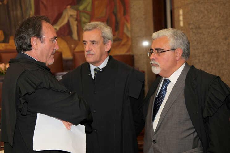 Henrique Araújo, ao centro, tem 67 anos