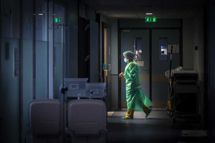 Mortes e internamentos aumentam em dia com mais 602 casos