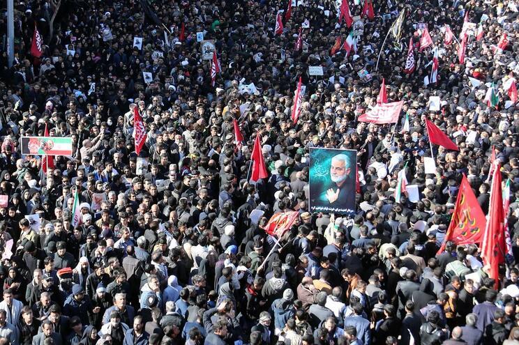 Multidão no cortejo fúnebre em Kerman
