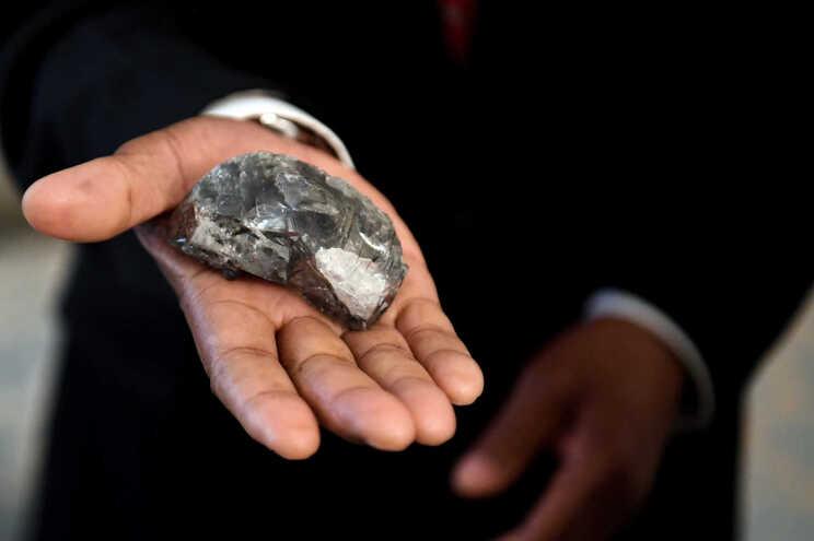 Trocou mala de diamantes por outra com pedras em joalharia londrina