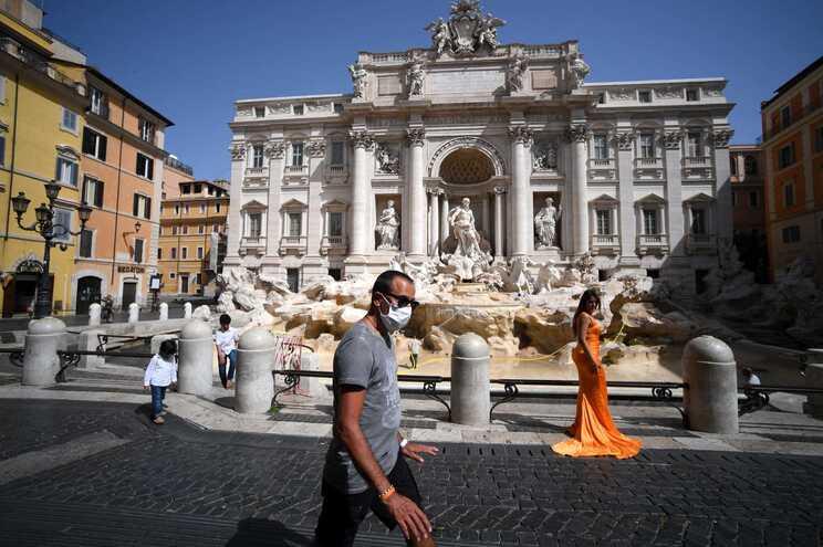 Em Itália, o uso de máscara apenas é obrigatório em espaços fechados
