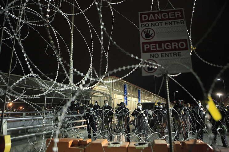 """Pediatras acusam EUA de """"torturar"""" imigrantes menores do México"""