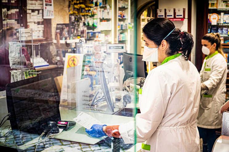 Linha dá informações sobre farmácias em funcionamento e medicamentos disponíveis