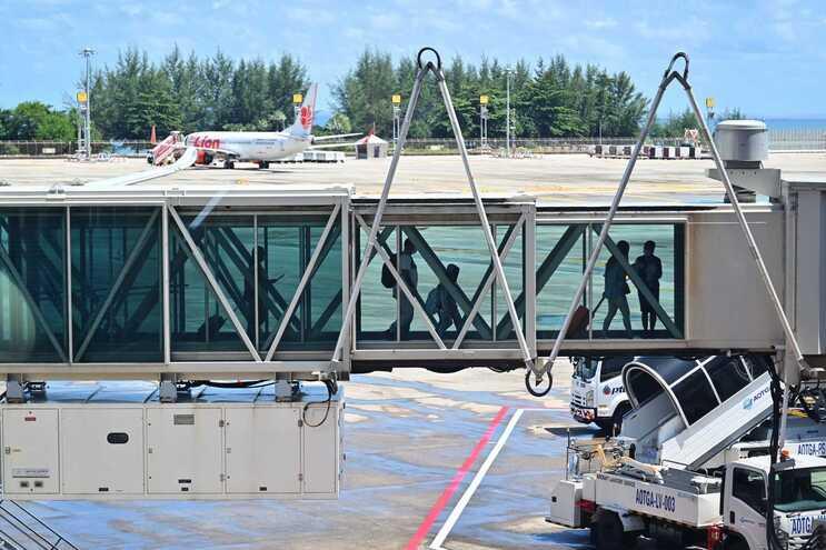 Passageiros de voos internacionais e cruzeiros começam a pagar taxa de 2 euros
