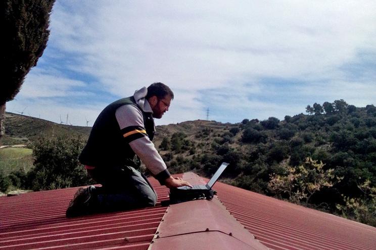Autarca espanhol obrigado a trabalhar no telhado para ter rede