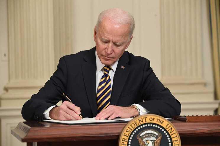 Joe Biden revoga veto de Trump à entrada de certos imigrantes nos EUA