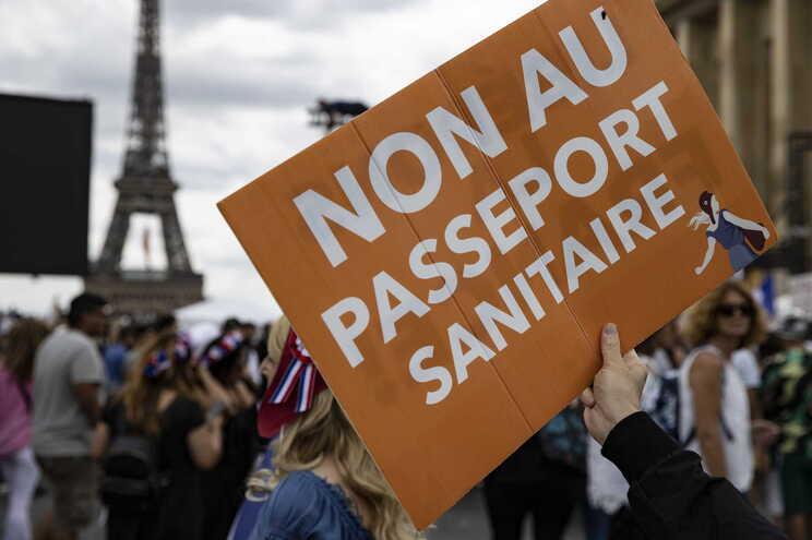 Milhares de pessoas manifestaram-se em Paris, no sábado, contra o passe sanitário