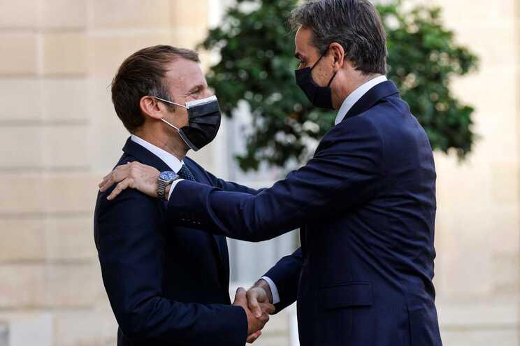 Emmanuel Macron e o primeiro-ministro grego Kyriakos Mitsotakis