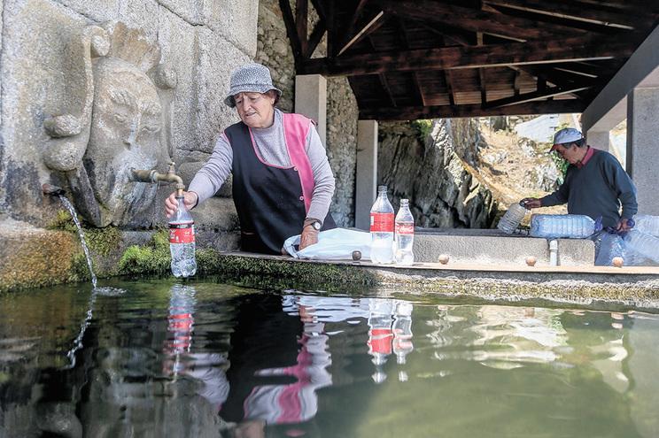 Maria Agostinha, viúva e com 82 anos, tem três filhos, todos emigrados, como a maioria dos habitantes