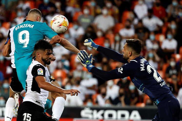 Golos tardios de Vinícius e Benzema abatem Valência e Real Madrid é novo líder
