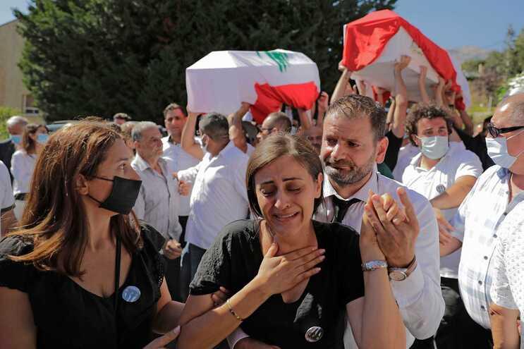 Funeral de bombeiros que se deslocaram para acorrer a emergência no porto de Beirute