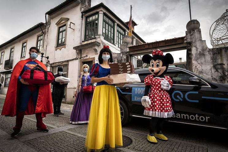 No centro da cidade de espírito medieval, Santa Maria da Feira, o Praceta faz entregas pelas mãos de