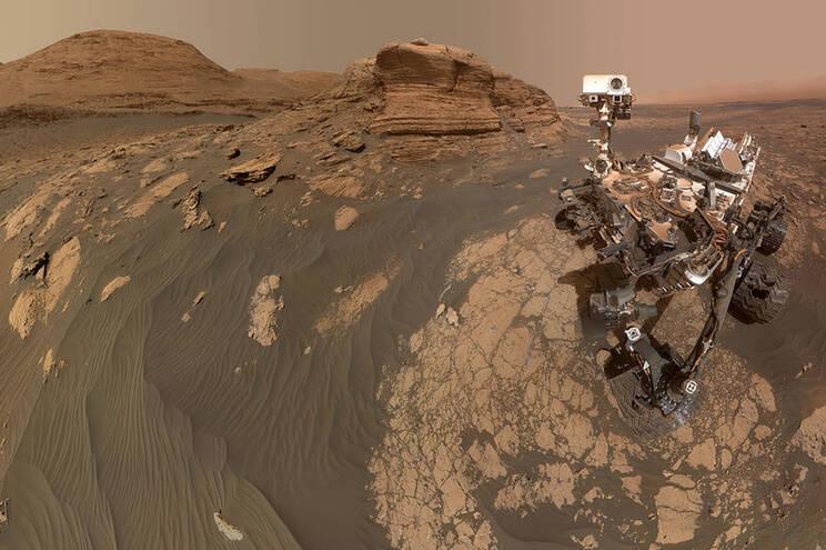 """""""Curiosity"""" posa na imagem com monte marciano atrás"""