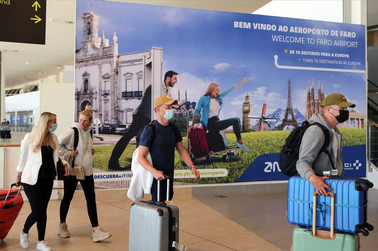 O governo britânico anunciou, em 17 de maio, que Portugal era um país seguro para viajar, sem exigir