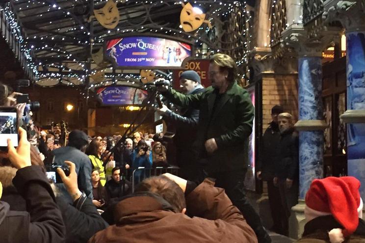 Bono participou num concerto de rua a favor dos sem-abrigo de Dublin