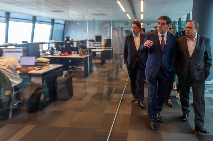 Fernando Nunes, à esquerda, acompanhava o presidente do PS, Carlos César, numa visita à sede da Visabeira
