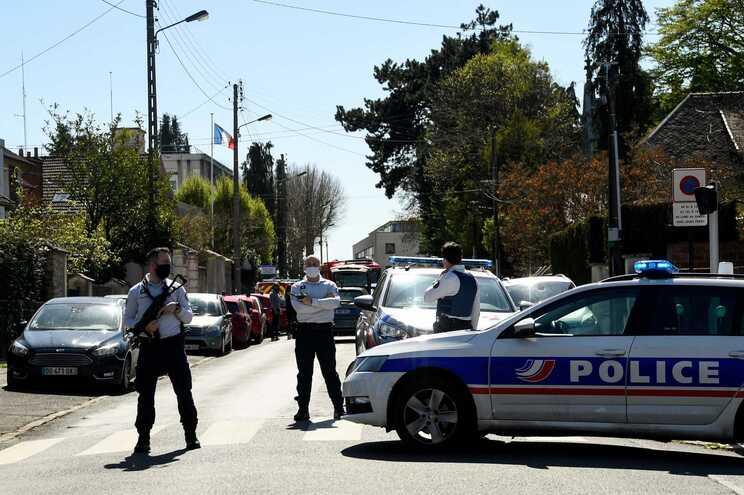 Uma funcionária da polícia francesa morreu na sexta-feira, após ser esfaqueada por Jamel Gorchene