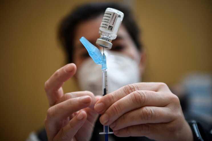 Empresa voltou a anunciar um atraso nas entregas das vacinas