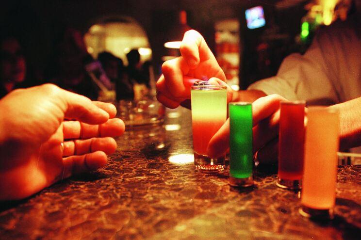 Festas em bares e alojamentos locais continuam a juntar dezenas de pessoas
