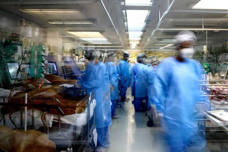 O Brasil, com 212 milhões de habitantes, concentra 272.889 mortes e 11.277.717 casos de infeção