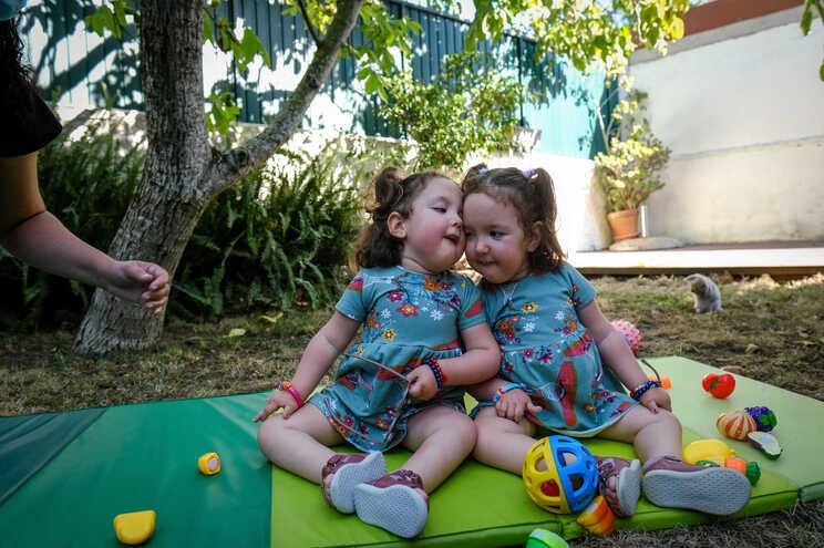 Gémeas Maitê e Lorena foram duas das crianças a receber o medicamento em Portugal