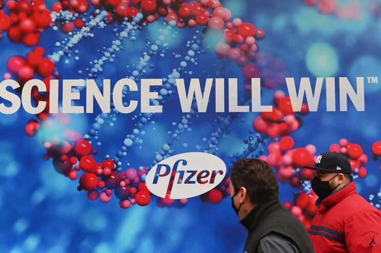 """""""A Ciência vai ganhar"""", diz um placard da Pfizer, em Nova Iorque"""