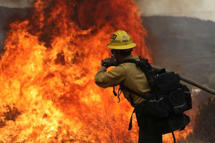 Mais de 500 bombeiros e quatro helicópteros foram mobilizados para combater o incêndio que eclodiu na